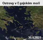 Ostrovy v Egejském moři pohledem družice Terra z 30. dubna 2021. V Egejském moři, jež je součástí Středozemního moře, se náchází velké množství ostrovů, z nichž velká většina patří Řecku, menší část Turecku. Několik ostrovů si nárokují obě země. Pevninská část Řecka je na fotografii vlevo, dole je řecký ostrov Kréta, vpravo Turecko. Jako šedá šmouha na řeckém pobřeží se jeví hlavní město Řecka Athény. Egejské moře měří 612 kilometrů v severojižním směru a 306 kilometrů od východu na západ.