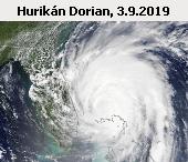 Hurikán Dorian u pobřeží Floridy. Snímek družice Terra z 3. září 2019 16:15 UT. Oko hurikánu se nacházelo v blízkosti Bahamských ostrovů. 29. srpna hurikán dosáhl své nejvyšší intenzity při rychlostí větru 295 kilometrů za hodinu a tlakem vzduchu 910 milibarů ve středu bouře. Dorian se stal nejsilnějším hurikánem, jaký kdy zasáhl Bahamy (záznamy od roku 1851). Hurikán si vyžádal nejméně pět lidských životů a způsobil velké materiální škody na bahamských ostrovech Great Abaco a Grand Bahama. Zničeno nebo vážně poškozeno bylo až 11 tisíc domů.