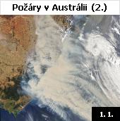 Jedny z nejničivějších požárů v historii zuří už několik měsíců na jihovýchodě Austrálie. Snímek družice Aqua z 1. ledna 2020 ukazuje hustým kouřem zahalené pobřeží Nového Jižního Walesu. Ohnivý živel zničil do 5. ledna už více než 2500 domů, zahynulo nejméně 25 lidí a spálena byla plocha o velikosti 6,3 milionu hektarů. Podle vědců si oheň dosud vyžádal životy asi půl miliardy volně žijících zvířat. Společným jmenovatelem rozsáhlých požárů je úmorné vedro a sucho. Teploty i na začátku ledna atakují rekordy a vystupují až na 50 stupňů Celsia. Do boje s ohněm se zapojily tisíce hasičů a vojáků. Úřady se však obávají, že dramatická situace bude pokračovat ještě celé měsíce. Devastující požáry jsou dávány do souvislosti se stále výraznějšími dopady změny klimatu. Loňský rok byl v Austrálii nejteplejší od počátku měření s odchylkou 1,52 stupě ve srovnání s normálem.