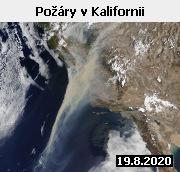 Snímek družice Terra z 19. srpna 2020 zachycuje mračna kouře z požárů v Kalifornii. Úmorná horka, suchá vegetace, silný vítr a občasné bouřky vytvořily ideální podmínky pro vznik a šíření ničivých požárů. Sucho a vlny veder sužují Kalifornii pravidelně. V posledních desetiletích se však zintenzivňují. A výhled do budoucna není vzhledem k očekávaným dopadům klimatických změn příznivý. Letos 16. srpna byla v Údolí smrti naměřena teplota 54,4 stupně Celsia, což je světový rekord. Ve druhé polovině srpna hasiči v celé oblasti evidovali téměř 600 aktivních požárů, z nichž dva označily úřady za druhý a třetí nejrozsáhlejší v historii Kalifornie. Oheň dosud spálil přes 5800 kilometrů čtverečních plochy, zničeno bylo přes 3100 budov, zahynulo nejméně šest osob. Padly mu za oběť i více než dva tisíce let staré sekvoje v Big Basin Redwoods State Park. Některé z nich dosahovaly výšky 100 metrů. S požáry bojuje každý den přes 10 tisíc hasičů, jejich snaha zabránit šíření ničivého živlu je však často marná. V Kalifornii platí nouzový stav. Horko a špatná kvalita ovzduší kvůli kouři přímo ovlivňují životy desítek milionů lidí. Kalifornský guvernér Gavin Newsom označil požáry za katastrofu, jakou tento stát ještě nezažil.