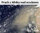 Snímek družice Terra z 9. června 2020 zachycuje rozsáhlé mračno prachu, které směřuje ze Sahary přes Kapverdské ostrovy dále nad Atlantský oceán. Vzdušné proudy každoročně transportují stovky milionů tun prachu ze saharské pouště, část se dostává až do Karibiku a Mexického zálivu. Prach na jedné straně obohacuje oceán živinami a podporuje růst planktonu, na druhé straně se tímto způsobem roznášejí i plísně a mikroorganismy, které poškozují korálové útesy.