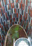 Obr. 8 - Atrium se zelenými plochami a průhledy do spodnějších podlaží.