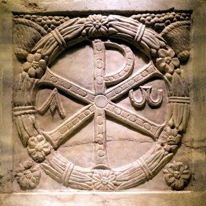 Kristův monogram Chí-Ró na mramorovém sarkofágu ze 4. století