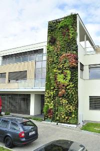 Vertikální zahrada je dominantním prvkem průčelí budovy Dinex Technologies